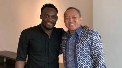 Indosport - Michael Essien bersama Glenn Sugita (kanan).