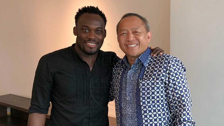 Michael Essien bersama Glenn Sugita (kanan). Copyright: Persib.co.id