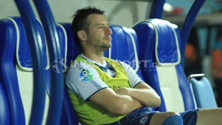 Balsa Bozovic duduk di bangku pemain pengganti Arema FC. - INDOSPORT
