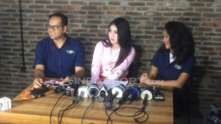 Lucky Mirza, Media PR INASGOC (kiri), Via Vallen dan Syanda Kunto, Wakil Direktur Departemen Komunikasi Panitia Asian Games (kanan). - INDOSPORT
