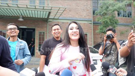Via Vallen, penyanyi dangdut Indonesia akan diundang ke MXGP di Semarang. - INDOSPORT