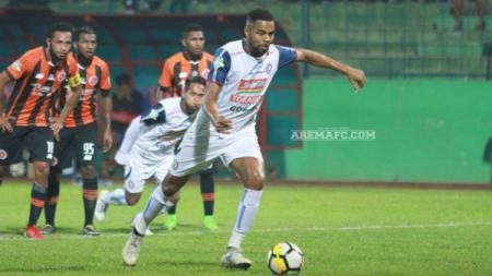 Striker asing Arema FC, Thiago Furtuoso hendak melakukan tendangan penalti saat menghadapi Perseru Serui, pekan ke-13 Liga 1 2018. - INDOSPORT