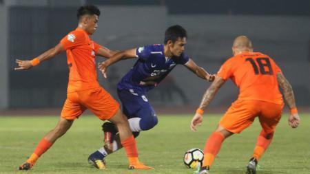 Pemain PSIS Semarang mencoba melindungi bola dari pemain Borneo FC. - INDOSPORT