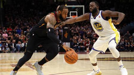 Draymond Green (kanan) yakin Golden State Warriors mampu kembali menginjakkan kaki di NBA Finals meski sekarang banyak pesaing baru yang tak kalah hebatnya. - INDOSPORT