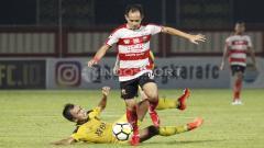 Indosport - Slamet Nurcahyo berusaha mengejar bola dari kawalan pemain Bhayangkara FC.