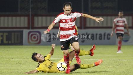 Bintang Madura United Slamet Nurcahyo punya cara tersendiri yang tak terduga untuk jaga kondisi fisik jelang Liga 1 2020 bergulir nanti. - INDOSPORT