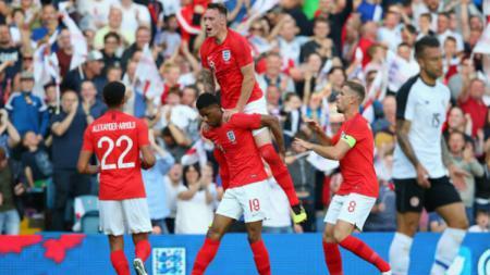 Para pemain Inggris melakukan selebrasi usai Marcus Rashford mencetak gol. - INDOSPORT