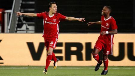 Gaston Salasiwa (kiri) merayakan golnya bersama Achille Vaarnold saat Almere City bertanding kontra PSV U23. - INDOSPORT