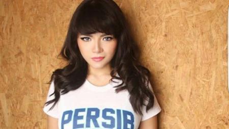 Disk jockey (DJ) Dinar Candy saat mengenakan kaos Persib Bandung. - INDOSPORT