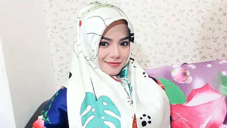 Disk jockey (DJ) Dinar Candy, memakai kerudung untuk melakukan terawih. Copyright: dinar_candy