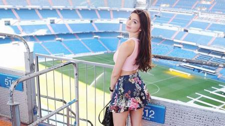Para pencinta sepak bola Indonesia ternyata menyimpan rindu pada aktris cantik, Sandra Olga. - INDOSPORT