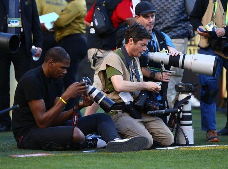 Kevin Durant jadi fotografer amatir di pertandingan American Football. Copyright: digitalrev.com