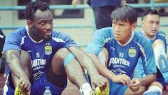 Indosport - Michael Essien dan Rizki Hidayat saat masih memperkuat Persib Bandung.