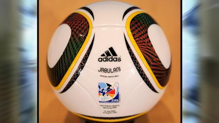 Jabulani, bola resmi Piala Dunia 2010 Afrika Selatan yang bikin banyak kiper kelabakan. - INDOSPORT