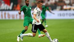 Indosport - Toni Kroos saat mengontrol bola di laga Jerman vs Arab Saudi.
