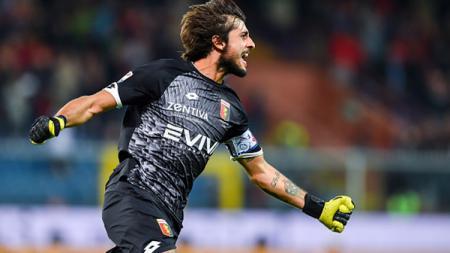 Mattia Perin gembira karena timnya berhasil mencetak gol ke gawang lawan. - INDOSPORT