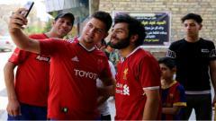 Indosport - Sejumlah orang mengajak selfie pria yang sangat mirip dengan Mohamed Salah.