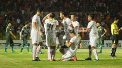 Indosport - Selebrasi para pemain Persija Jakarta usai menang telak atas PS Tira.