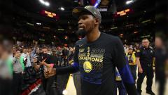 Indosport - Ekspresi gembira Kevin Durant usai mengalahkan Cleveland Cavaliers.