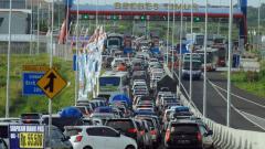 Indosport - Kondisi Mudik Lebaran yang menuai kemacetan pada gerbang Brebes Timur.