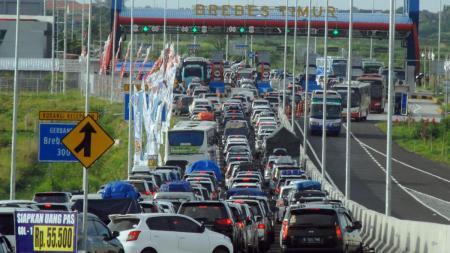 Kondisi Mudik Lebaran yang menuai kemacetan pada gerbang Brebes Timur. - INDOSPORT