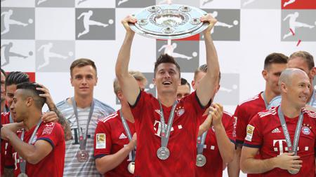 Robert Lewandowski, striker Bayern Munchen bersama trofi Bundesliga Jerman. - INDOSPORT