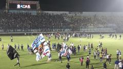 Indosport - Invasi Aremania ke lapangan pasca laga kontra Bhayangkara FC berbuntut sanksi denda.