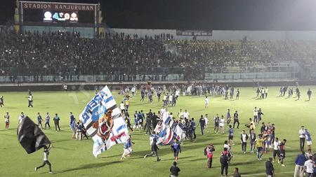 Arema FC mengalami kerugian besar hingga mencapai lebih dari Rp1 Miliar, atas jeratan sanksi Komisi Disiplin PSSI  sepanjang Liga 1 2019. - INDOSPORT