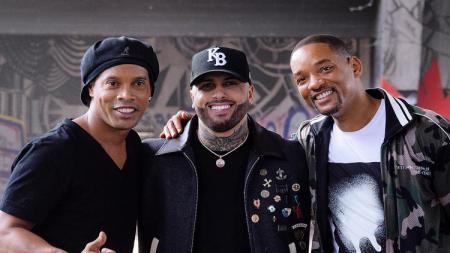Ronaldinho bersama penyanyi lagu Live It Up, Micky Jam dan Will Smith. - INDOSPORT