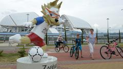 Indosport - Zabivaka, maskot Piala Dunia 2018 yang dipajang di depan Fisht Stadium, Rusia.