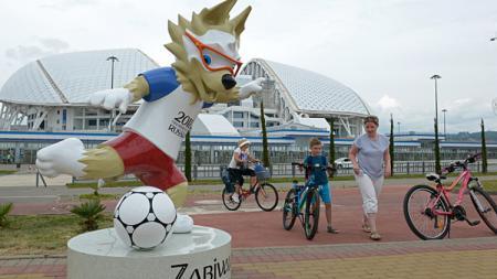 Zabivaka, maskot Piala Dunia 2018 yang dipajang di depan Fisht Stadium, Rusia.