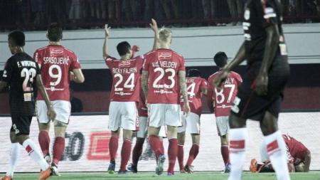 Selebrasi para pemain Bali United usai cetak gol ke gawang Persipura. - INDOSPORT