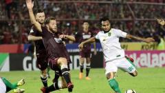 Indosport - Nelson Alom berusaha melepaskan tendangan ke gawang PSM Makassar pada pekan ke-13 Liga 1 2018.
