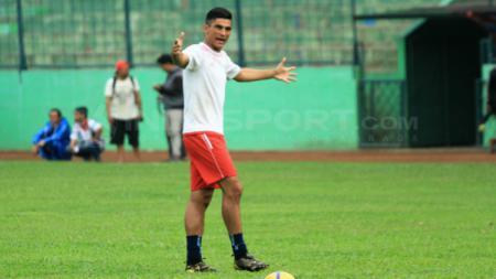 Pelatih Kiper Arema FC, Felipe Ricardo Navarro Dos Passos sedang melatih Kurniawan Kartika Aji dkk. - INDOSPORT