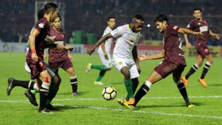 Bek PSM Makassar, Abdul Rahman berusaha merebut bola dari Ricky Kayame. - INDOSPORT