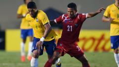 Indosport - Amilcar Henriquez tengah berjibaku dengan Hulk dalam laga persahabatan Brasil vs Panama jelang Piala Dunia 2014.