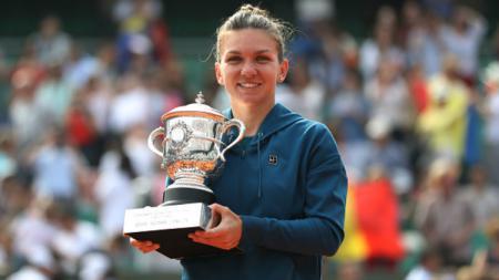 Simona Halep merengkuh trofi Prancis Terbuka 2018 usai kalahkan Sloane Stephens. - INDOSPORT