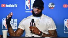 Indosport - LeBron James, pemain megabintang Cleveland Cavaliers memperlihatkan tangannya yang cedera.