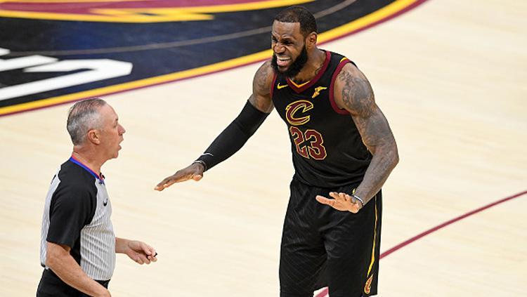 Pemain megabintang Cleveland Cavaliers, LeBron James (kanan) melayangkan protes ke wasit. Copyright: INDOSPORT