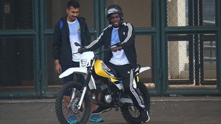Michael Essien mengendarai motor trail milik kiper Persib Imam Arief Fadillah. Copyright: Instagram/@imam_darian