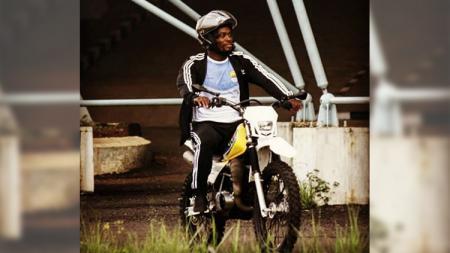 Michael Essien mengendarai motor trail milik kiper Persib Imam Arief Fadillah. - INDOSPORT