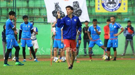 Tim Skuat Arema FC dan Milan Petrovic saat sedang latihan. - INDOSPORT