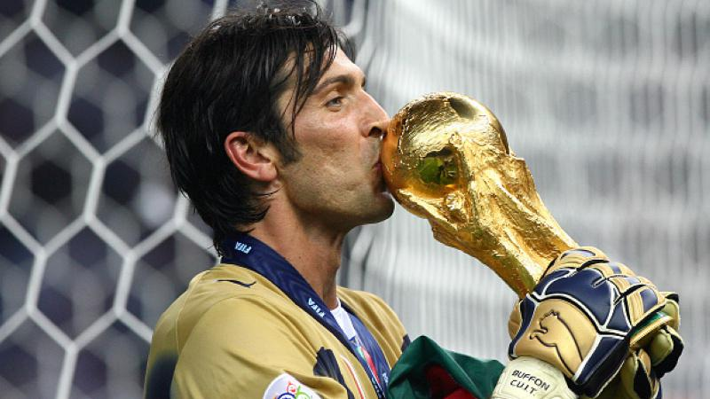 Gianluigi Buffon mencium trofi Piala Dunia 2006 Copyright: Getty Images