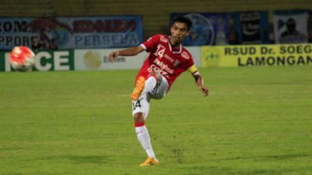 Kapten Bali United, Fadil Sausu saat melepaskan sebuah tendangan. - INDOSPORT