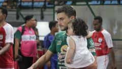 Indosport - Gelandang asal Argentina, Robertino Pugliara saat membela Persebaya kontra Persipura Jayapura.