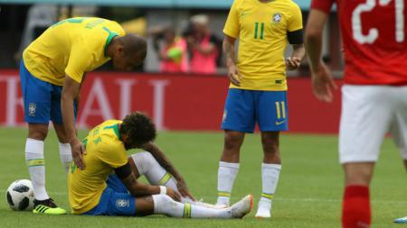 Neymar memegangi kakiknya usai dilanggar pemain Austria. - INDOSPORT
