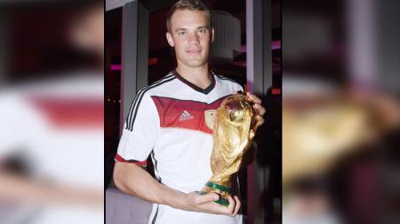 Manuel Neuer bersama trofi Piala Dunia 2014. - INDOSPORT
