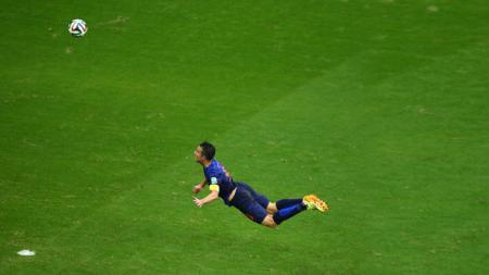 Salah satu gol unik yang terjadi di Piala Dunia 2014 yang diciptakan oleh striker Belanda, Robin van Persie ke gawang Spanyol (13/06/14). - INDOSPORT