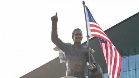 Patung mendiang pembalap MotoGP Nicky Hayden diresmikan di kampung halamannya, Owensboro. - INDOSPORT