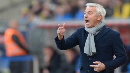 Pelatih Timnas Uni Emirat Arab, Bert van Marwijk, mengkritik absennya Video Assistant Referee (VAR) di ajang Kualifikasi Piala Dunia 2022. - INDOSPORT
